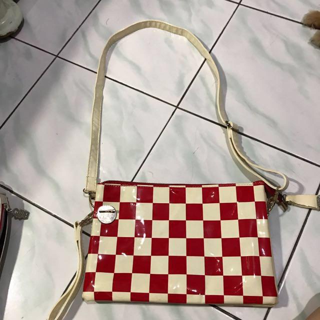 tas merah catur