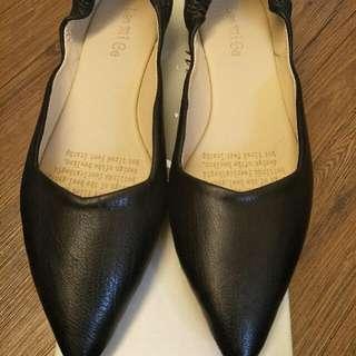 🚚 杏色涼鞋,黑色尖頭鞋組合