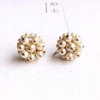 1960年代美國古董 優雅奶油色珍珠花串栓鎖耳環