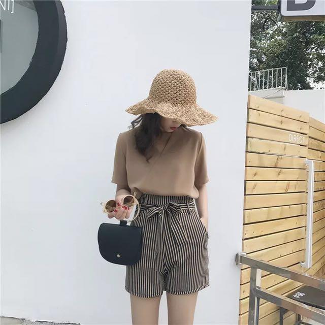 駝色短袖V領上衣+條紋短褲(附綁帶)