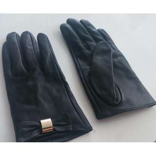 Size Small Danier Leather Gloves