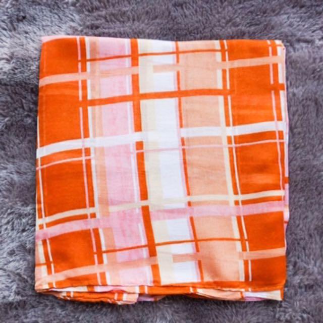 Jilbab / Hijab / Kerudung Segi Empat Umama Motif Kotak-Kotak Orange Putih