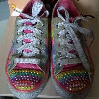Sepatu Skechers Preloved Size. 34, Insole. 21.5-22cm Masih bagus, bekas pemakaian normal, lampu masih nyala      skecher Bata Oshkosh Nike Diadora Twinkle Toes Sepatu Anak Perempuan Lampu