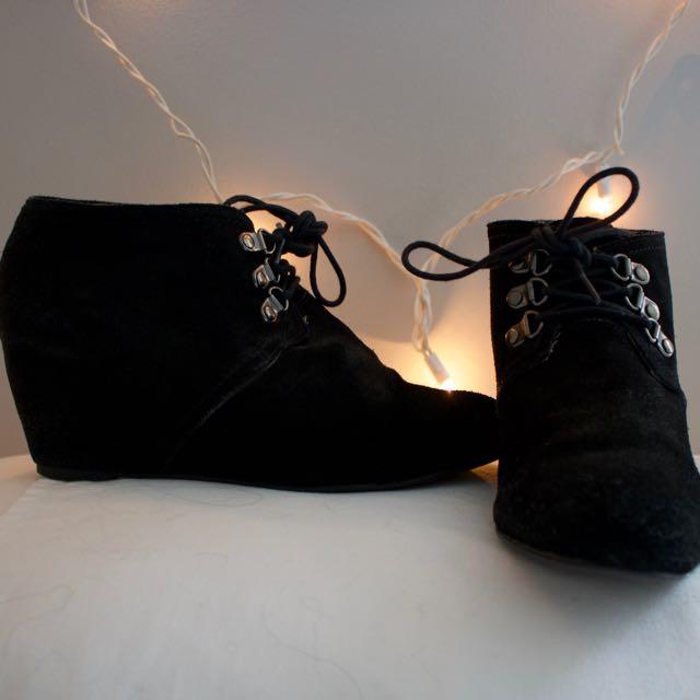 WEDGED BLACK HEEL BOOTIES