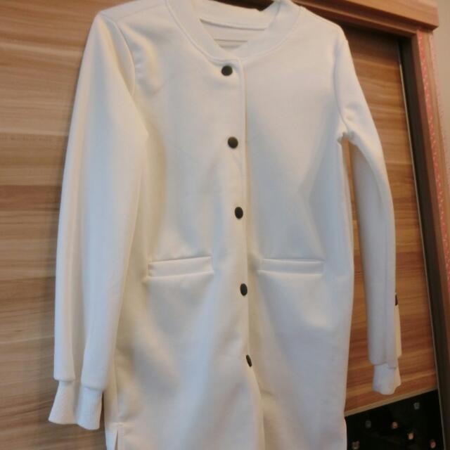 含運商品。白色罩衫