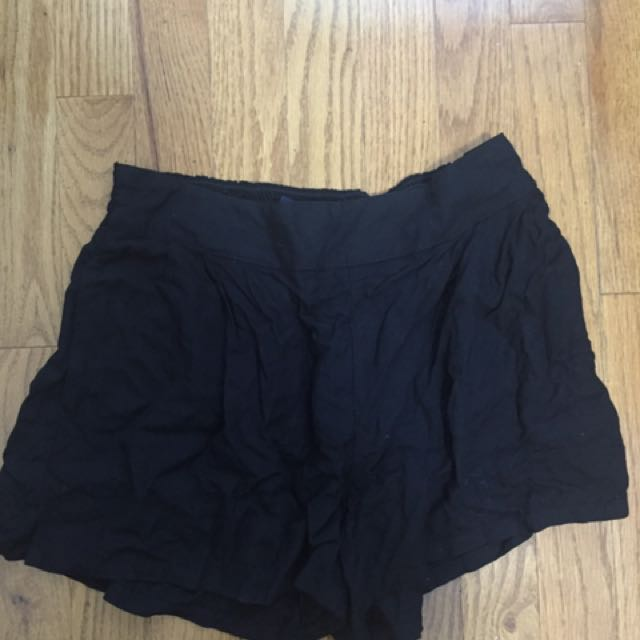 AMERICAN EAGLE FLOWY BLACK SHORTS