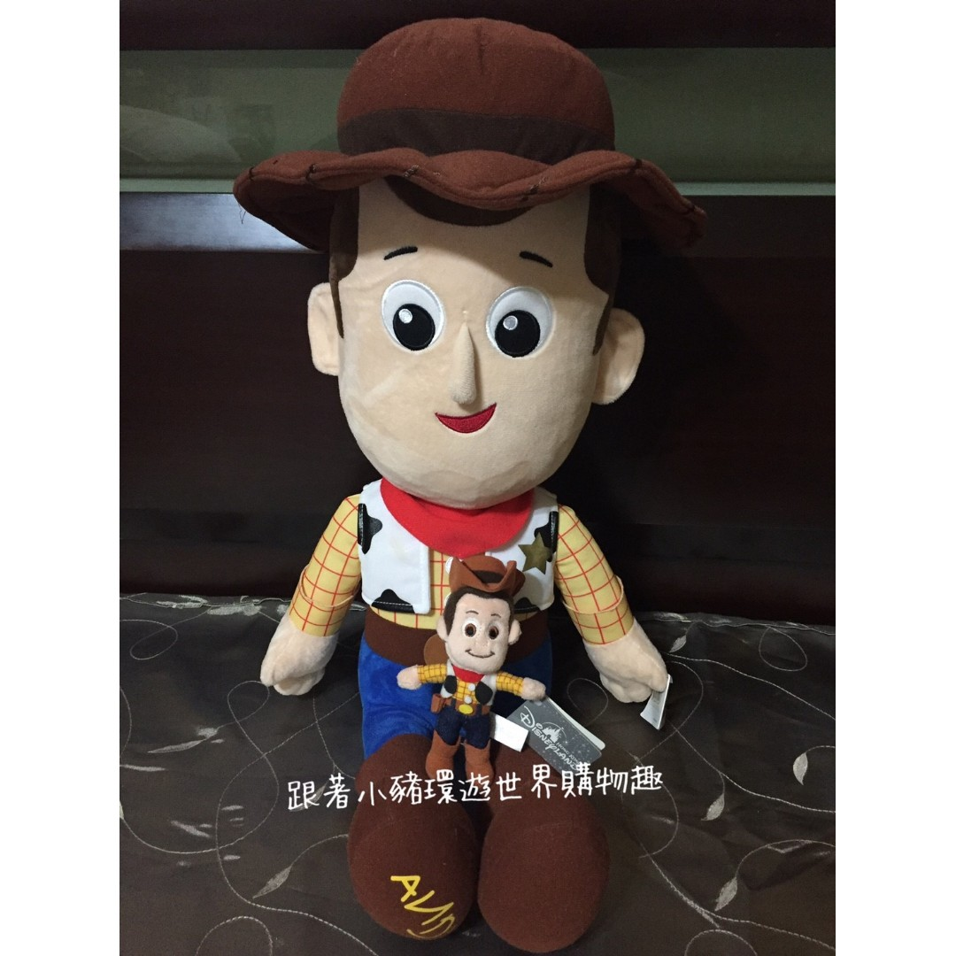 Oo跟著小豬環遊世界購物趣o 香港連線-迪士尼 胡迪 玩偶 娃娃 大娃娃 隨身小娃娃
