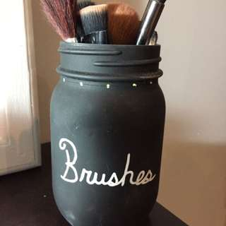 Brushes container