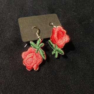 椿花二手衣-手工製作紅色刺繡玫瑰耳環