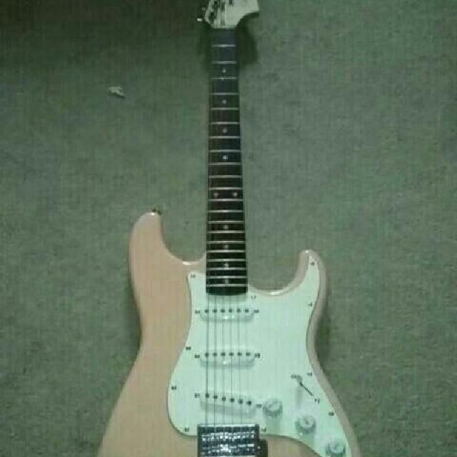 Electronic Guitar / Guitar Case / Amplifier