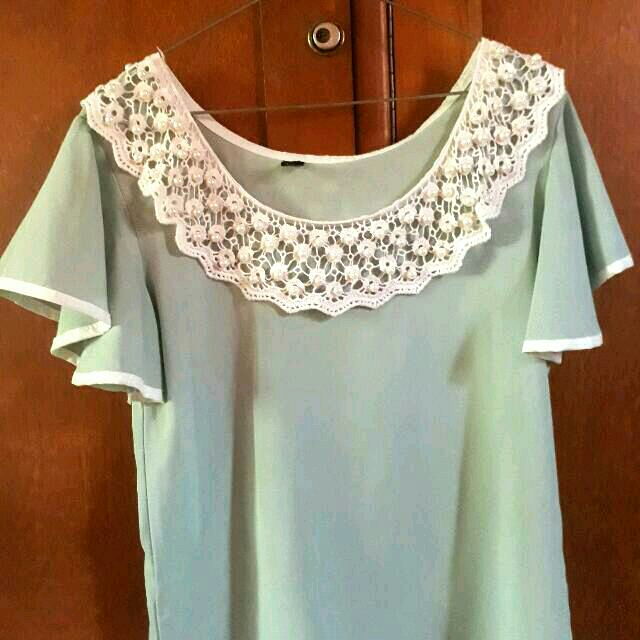 Sabrina Blouse With Ruffle Sleeves And Pearl