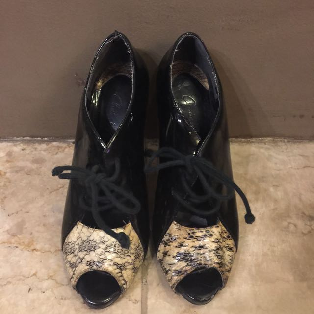 CHARLES AND KEITH black snakeskin leather pumps