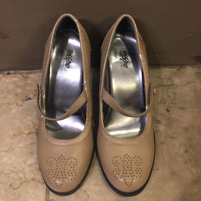 MOSSIMO beige leather pumps