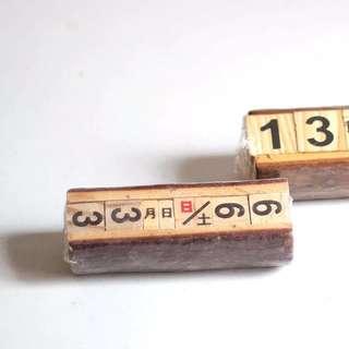 實木桌上小曆