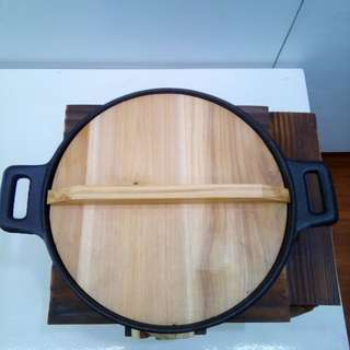 Japanese Cookware Traditional Asian Iron Wok with Wooden Cover (Cast-Iron with Wooden Platform)