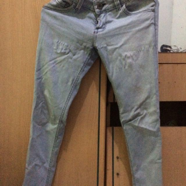 Jeans abu-abu