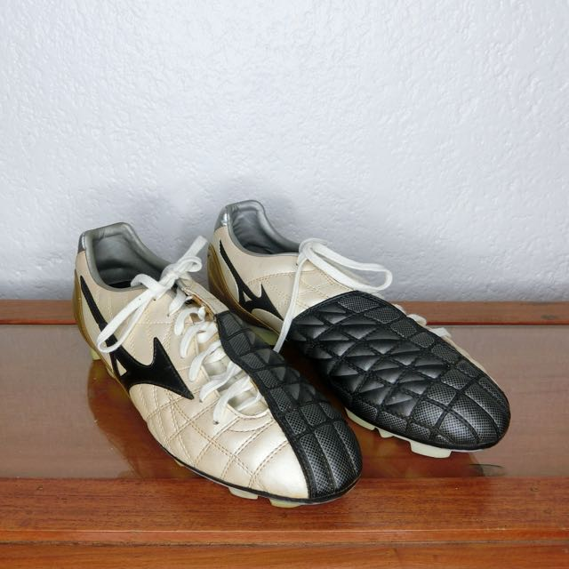 separation shoes 43635 cd11b Mizuno Soccer Shoes on Carousell