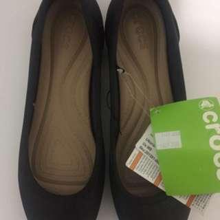 Crocs Asli Ukuran W9 (ukuran sepatu 39-40) dijual karena kebesaran. New with tag. Harga Beli 250.000 (lagi diskon 70%). Jual rugi 225.000