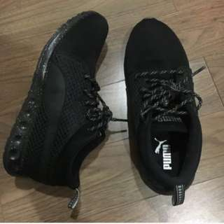 Puma sneakers in black runner shoes