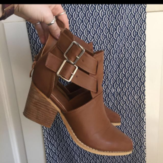 Cut out brown buckle boots