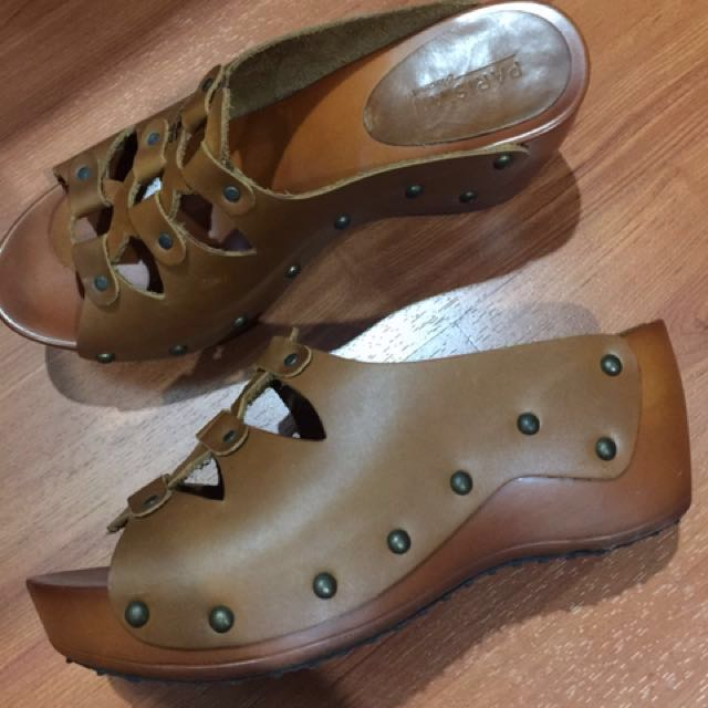 "slip on, 2.5"" heel, wedge type , front heel 1"", light brown leather, wood & rubber material, size6 Parisian"
