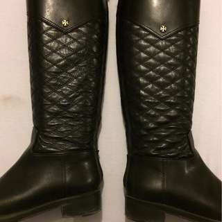 TORY BURCH BLACK AND GOLD RIDING BOOTS WITH EMBLEM
