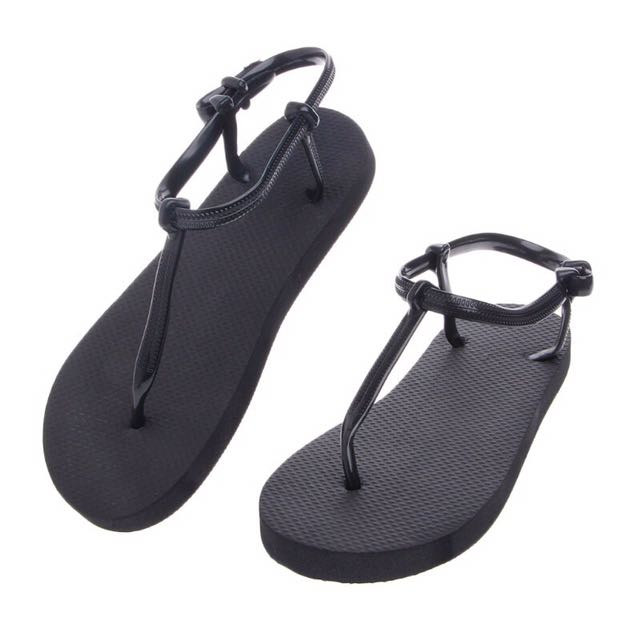 Strappy sandal / T flip flop
