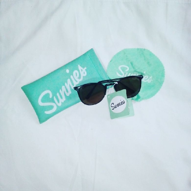 Original Sunnies With Bag And Hankie