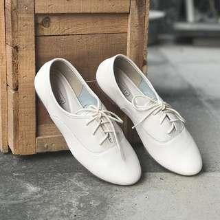米白色文青牛皮小白鞋35碼