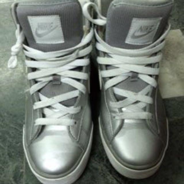二手 NIKE正品銀色女生高筒鞋8~9成新  SIZE:US7
