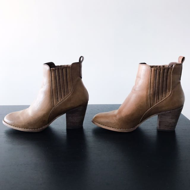 Brown ankle boots with heel, size 6