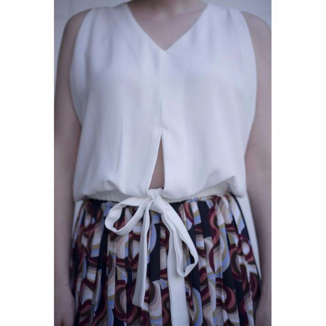 Key hole tie up sleeveless blouse