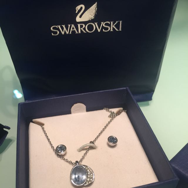 SWAROVSKI EARRING AND NECKLACE!!!