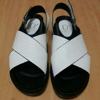 🚚 💟 Daphne 白色交叉涼鞋 厚底鞋