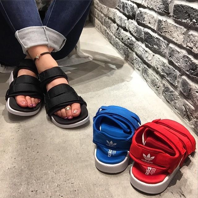21fb5da54240 香港正品假一賠百正品現貨Adidas 愛迪達男女生羅馬涼鞋adilette sandal w ...