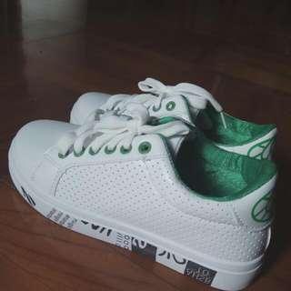 全新白色波鞋