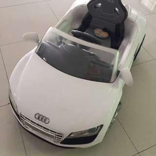 Mobil Aki Audi Putih