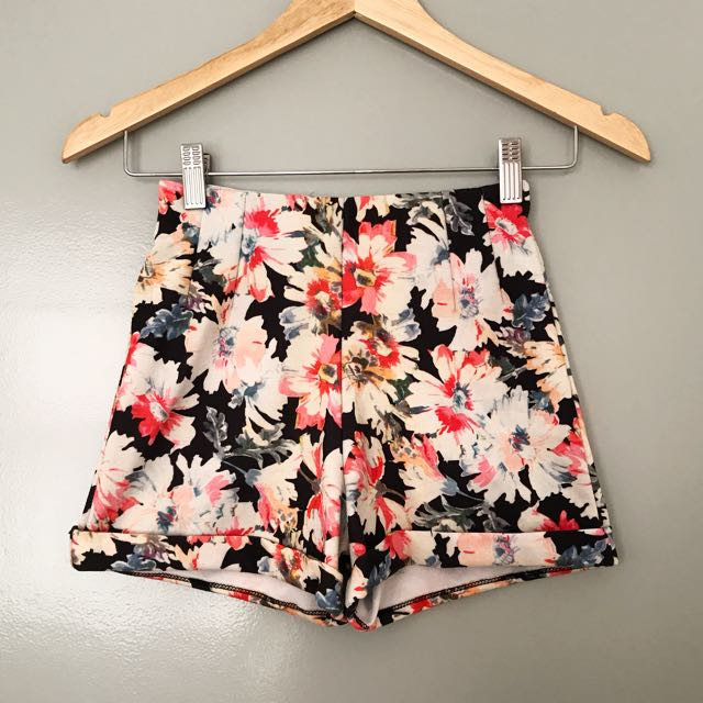 💟 Pull & Bear Floral Shorts