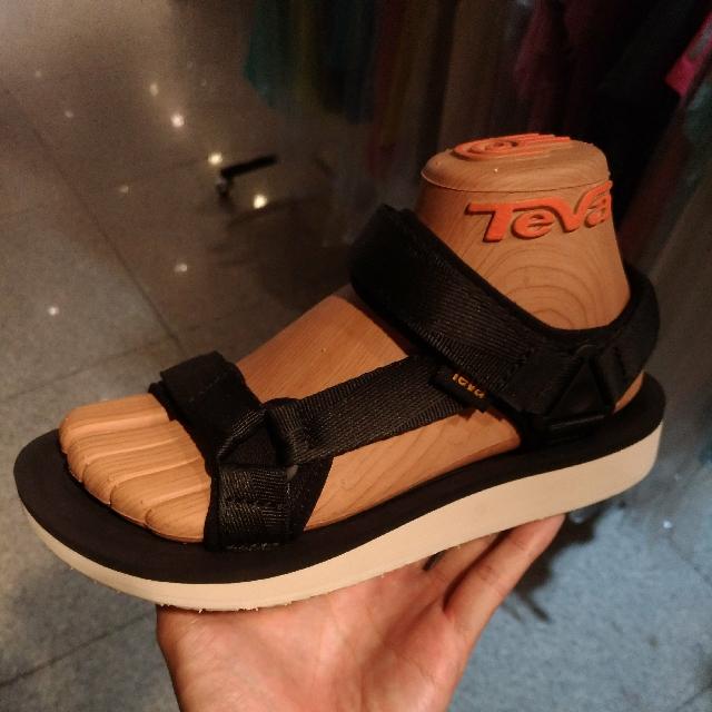 TEVA 涼鞋
