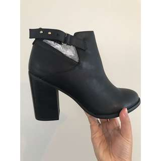 **BRAND NEW** Size 8 boots