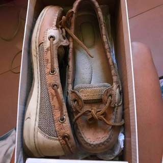 SPERRY TOP-SIDER (ANGELFISH EMBOSSED LINEN) *LIMITED EDITION* pwedeng pwede sa tubig. Kaya may dolphins kasi pang water talaga sya. ORIGINAL ❤️ selling it for low price