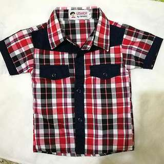 Terno: red checkered polo with navy green gartered shorts