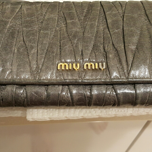 真品 Miu Miu Matelasse 時尚經典抓皺可芙小羊皮釦式 長夾 皮夾 大象灰