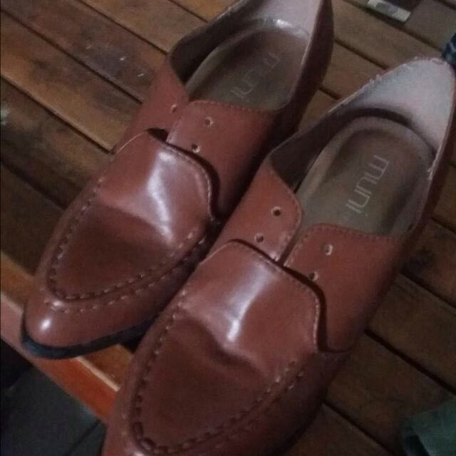 pointed heeled brown shoes