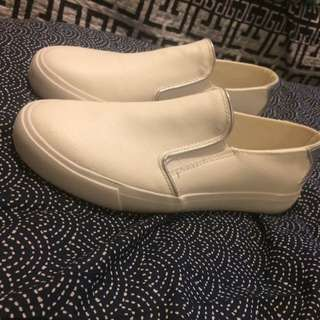 White closed shoes