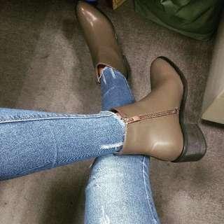 【全新僅試穿】美型尖頭拉鍊短靴 38號