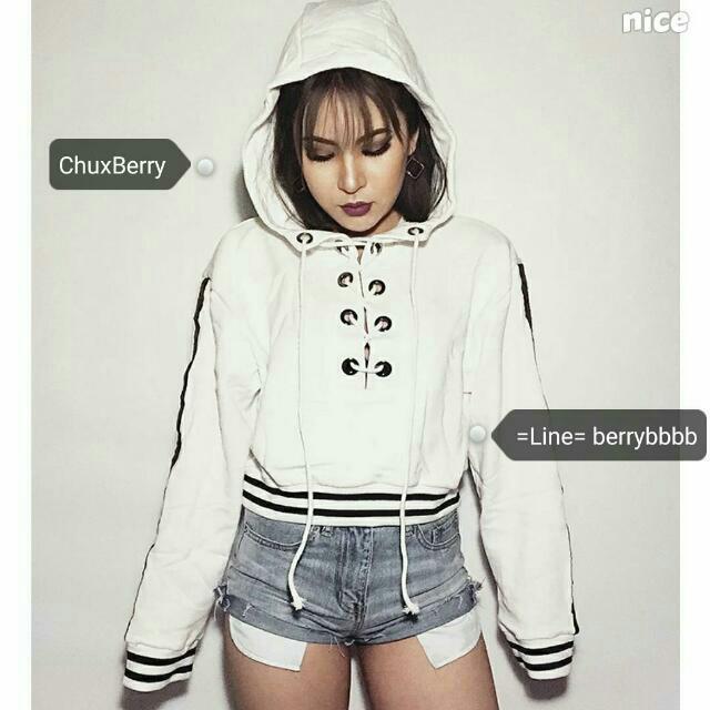 2017秋裝新品。韓系歐美風 交叉綁帶條紋短版帽T。黑/白