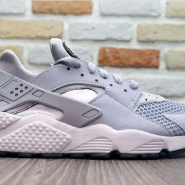 Nike Air Huarache 女子 武士跑鞋 (灰白)634835-007 (2900元) sz7.5、11出清