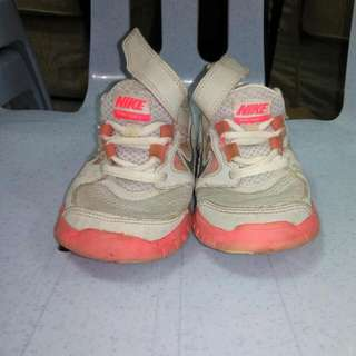 ORIGINAL NIKE SPORT SHOES FOR CHILDREN SIZE UK10.5 (17CM) 9/10 VERY GOOD CONDITION,SEE TO BELIEVE.
