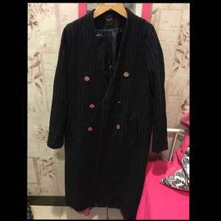 大衣版型和料質都很挺,很修身,大衣太多了,清衣柜割愛了,狀況很好,原價5980正韓